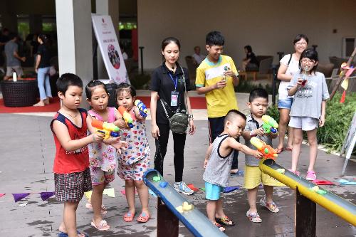 Các em tham gia nhiều trò chơi hoạt độngtrong khuôn viên dự án.