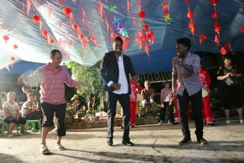 Chú rể da đen cùng vài người bạn từ đất nước mình cũng trổ tài một điệu nhảy trong ngày trọng đại.