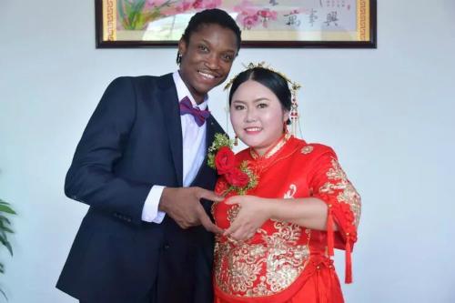 Đám cưới ở ngôi làng hẻo lánh nổi tiếng vì chàng rể da đen