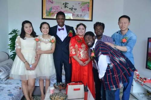 Đám cưới ở ngôi làng hẻo lánh nổi tiếng vì chàng rể da đen - 5