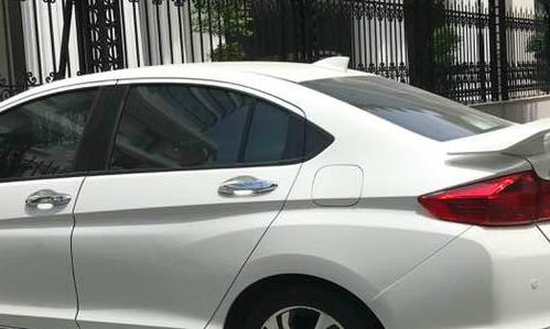 Chiếc ăn ten vây cá mập gắn trên nóc ô tô thế này lại vừa khiến anh Hùng hết tiền đưa vợ - Ảnh: HA