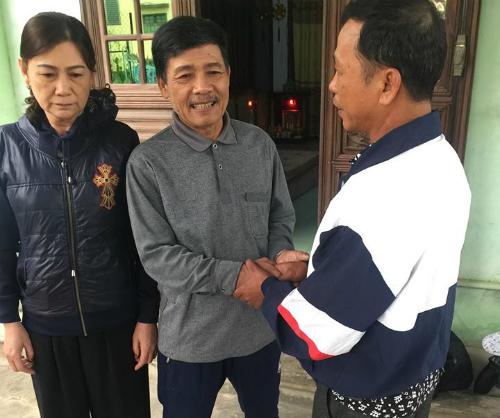 Ông Kiếm (ở giữa) cho biết, anh Nghiễm có đưa 50 triệu đồng để cảm ơn nhưng vợ chồng ông không nhận, vì được nuôi anh Minh là hạnh phúc của hai vợ chồng ông. Ảnh: NVCC