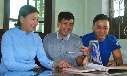 Mỗi khi nhớ anh Minh, ông Kiếm và vợ chỉ biết lục hình cũ của cả gia đình ra ngắm. Ảnh: NVCC