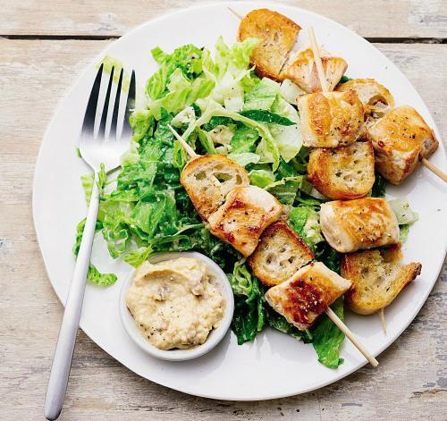 Gà xiên que giòn tan ăn kèm salad - ảnh 1