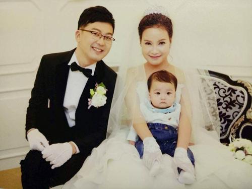 Vợ chồng Su Huyn và Huyền khi tổ chức đám cưới lần 2 tại Hàn. Hiện con trai họ được 17 tháng tuổi. Ảnh: NVCC.