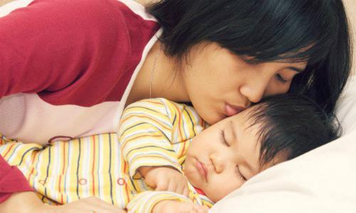 Muốn con phát triển tốt nhất, mẹ nên ngủ với bé trong giai đoạn đầu đời - Ảnh: Scary Mommy.