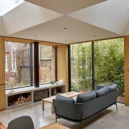 Ngôi nhà ở Anh do các kiến trúc sư của Coffey Architects thiết kế có cách bố trí giếng trời khá lạ mắt. Các ô lấy sáng nằm xen kẽ giữa những phần mái bê tông tạo giống các ô đen-trắng trên bàn cờ.