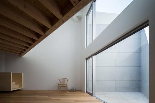 Với người qua đường, ngôi nhà ở Tokyo (Nhật) gần như không có cửa sổ. Nhưng trong nhà vẫn ngập ánh sáng nhờ bố trí giếng trời hợp lý.