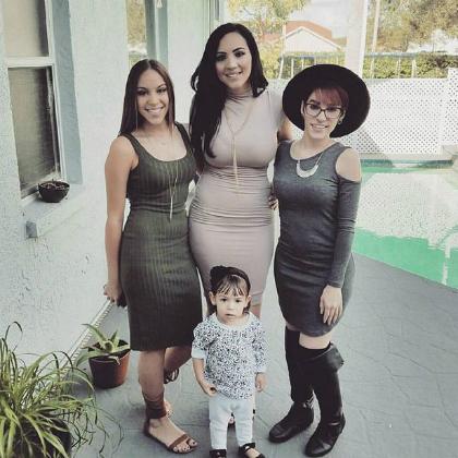 Chị Yarrellys Ruiz cùng hai con gái và cháu gái lớn nhất. Ảnh: Mirror.