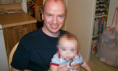 Joe Donor khoe ảnh chụp với một trong những đứa con có được do mình hiến tinh trùng. Ảnh: Metro.