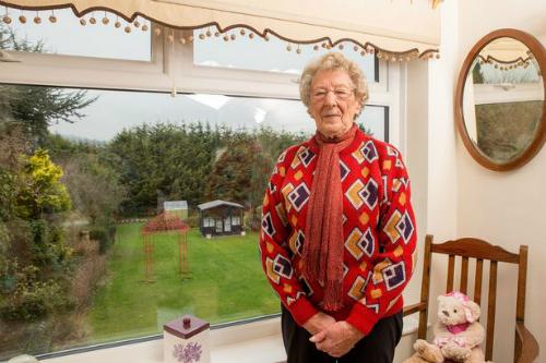 Bà cụ âm thầm trả đũa khiến hàng xóm 20 năm sau mới nhận ra