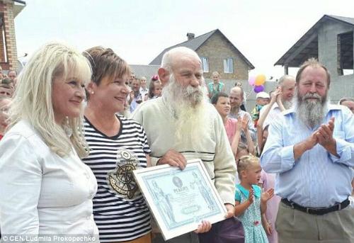 Những khi trong nhà có thành viên đám cưới hay sinh nhật thì đó thực sự là một bữa tiệc được trông đợi.Chúng tôi nấu rất nhiều đồ ăn trong ngày sinh nhật hay tổ chức đám cưới của các thành viên trong gia đình. Những người phụ nữ luôn giúp đỡ lẫn nhau để hoàn thành công việc trong nhà, vàVira Semenyuk, con gái 66 tuổi của ông Pavel, chia sẻ với tờ