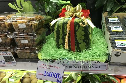 Dưa hấu vuông Nhật Bản được bày bán tại một cửa hàng ở quận 1, TP HCM - Ảnh: HA