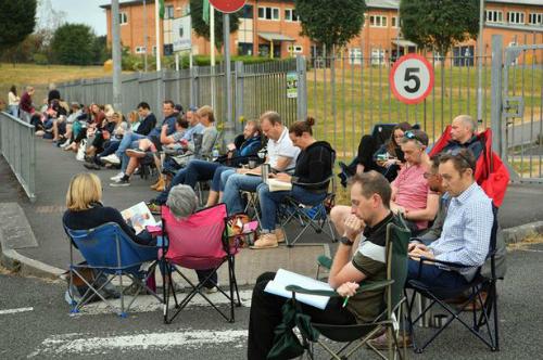 Các bố mẹ ngồi xếp hàng trước cổng trường tiểu học Ysgol Y Berllan Deg để đăng ký cho con vào câu lạc bộ ăn sáng. Ảnh: Mirror.