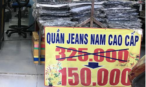 Một cửa hàng quần áo trên đường Huỳnh Tấn Phát quận 7lúc nào cũng treo biển giảm giá - Ảnh: Hoàng Anh.