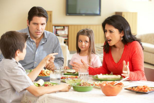 Trung bình mỗi ngày, cha mẹ có 6 lần tranh cãi mắng mỏ con - Ảnh: Istock