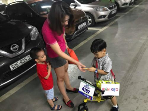 Cậu bé 4 tuổi kiếm tiền trong hầm chung cư Hà Nội