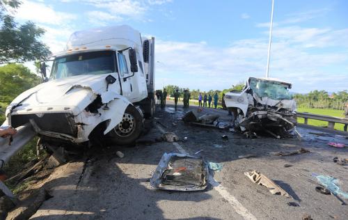 Hiện trường vụ tai nạn khiến chú rể và 12 người thân khác tử vong trên đường đi đón dâu. Ảnh: Đắc Thành.