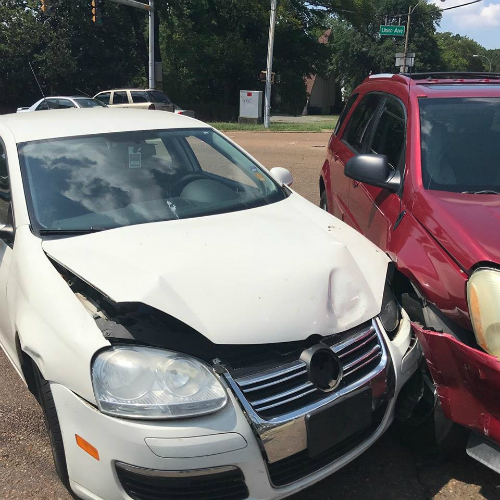 Chiếc ôtô màu trắng của gia đình Rebecca bị vỡ, hỏng nhiều sau vụ đâm xe. Ảnh: Facebook.