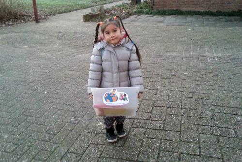 Cô béMadeleine - con gái lớn của chị Linh - và hộp đồ thuyết trình. Ảnh: Mỹ Linh.