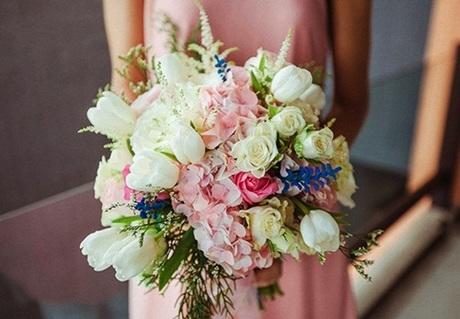 Hoa cướicủa cô dâu được kết từ những bông hoa cẩm tú cầu, hoa hồng hay tulip tông hồng và trắng.