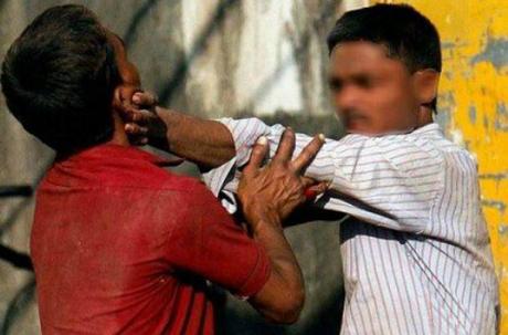 Hai người đàn ông đánh nhau vì một phụ nữ nhưng cô không chọn ai trong hai người. Ảnh: Indiatimes.