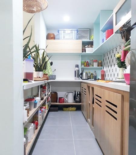 Vì diện tích căn nhà tương đối nhỏ, nên mọi đồ nội thất trong nhà đều được tận dụng làm ngăn chứa đồ, xếp gọn. Vậy nên ở bất cứ không gian nào con nhỏ cũng đều có chỗ để chơi.