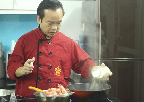 Đầu bếp Trương Công Lệ luôn tập trung cao độ khi vào bếp. Ảnh: MT.