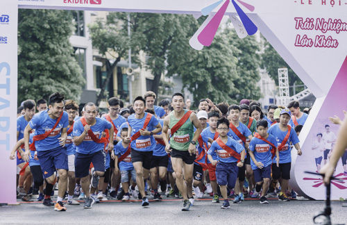 Trong đó, giải chạy bán chuyên Ekiden - chạy tiếp sức đường dài thu hút hơn 100 gia đình tham gia với khoảng 700 vận động viên, có 175 trẻ em.