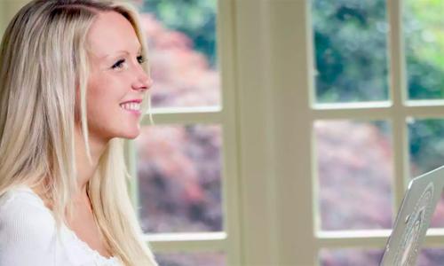 Từ tình cảnh khó khăn lúc mang thai, chị Sara Lou-Ann Jones đã tìm ra hướng đi mới cho đời mình. Ảnh: Inews.