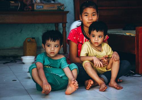 Hai bé sinh đôi chơi cùng với con gái của chị Cúc.
