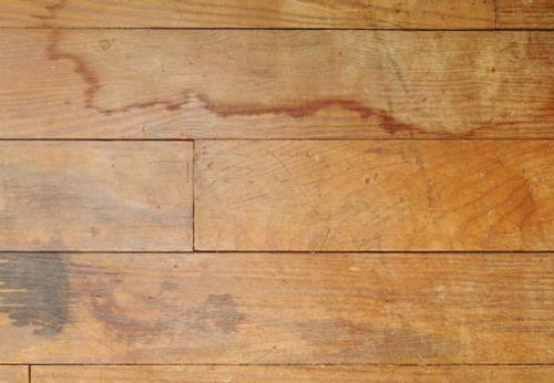 Sàn không có khả năng chống thấm lâu ngày sẽ bong tróc.
