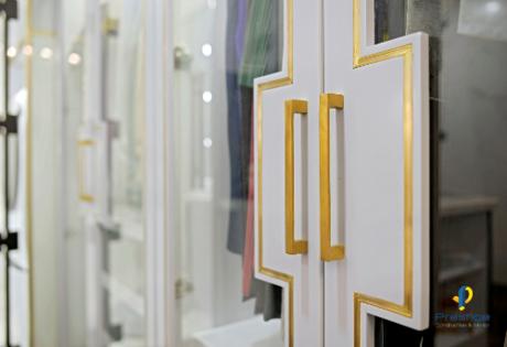 Tủ quần áo được thiết kế hộc tủ âm kết hợp kính màu, đa năng và có nhiều ngăn chứa, Với tông màu trắng chủ đạo, tay cầm được làm từ đồng nguyên khối đánh bóng xước.