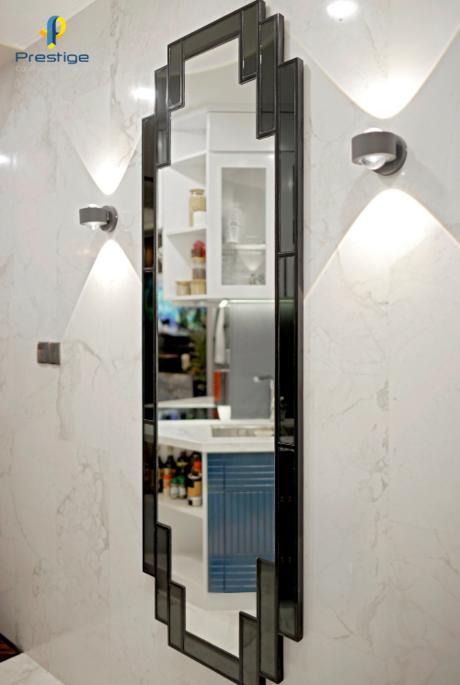 Gương soi được ghép thủ công từ gương thuỷ màu bạc và màu xám đen viền chỉ gỗ.