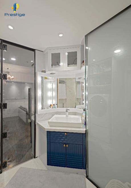 Tủ phòng tắm là một phần của bát giác hình trụ, giúp phòng tắm trông gọn gàng rộng thoáng.