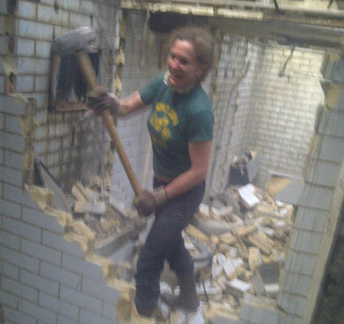 Năm 2005, Laura phát hiện ra một nhà vệ sinh bỏ hoang ởLondon và nảy ra ý định tái sinh chúng. Cô đã nói với bạn bè và gia đình mình về kế hoạch biến toilet công cộng thành căn hộ một phòng ngủ, nhưng không ai tin điều đó có thể thành sự thật. Nhiều người thậm chí chê cườ, châm biếm và chỉ trích cô. Thế nhưng Laura bỏ ngoài tai tất cả. Cô bắt tay hành động ngay.