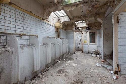 Nhà vệ sinh này được xây dựng từ năm 1929 và lần cuối cùng được sử dụng là những năm 1980. Bên trong khu nhà tràn ngập rác. Laura cùng các công nhân xây dựng đã phải bắt đầu một hành trình dài để kiến tạo nơi đây thành ngôi nhà trong trí tưởng tượng của mình.
