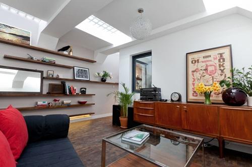 Phòng khách được thiết kế với phong cách hơi cổ điển, tạo sự thân thuộc, gần gũi.