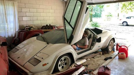 Chiếc siêu xe phủ bụi hơn 20 năm. Ảnh: Motor1.