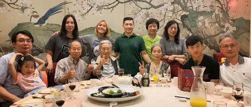Các thành viên trong gia đình chồng Tâmở Đài Loan hội ngộ sau 30 năm thất lạc. Minh Tâm (tóc vàng) đứng cạnh chồng là anh Sang (mặc áo thun xanh), đứng giữa. Ảnh: NVCC.