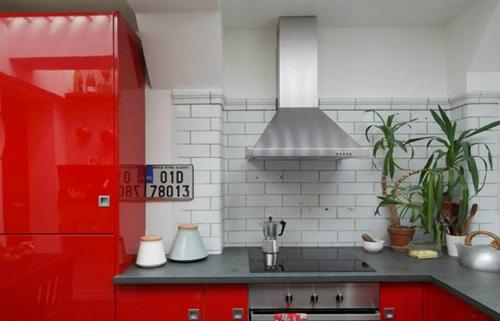Khu vực phòng bếp cũng mang màu đỏ rực, đơn giản nhưng tiện dụng.