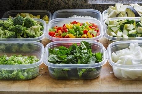2. Hộp chứa thực phẩm bằng nhựa.Để làm hộp nhựa dẻo, một số nhà sản xuất thêm các hóa chất đặc biệt, có thể gây ra các vấn đề nghiêm trọng về sức khoẻ. Do đó, bạn cần từ bỏ thói quen bỏ tất cảthực phẩm trong các hộp nhựa.