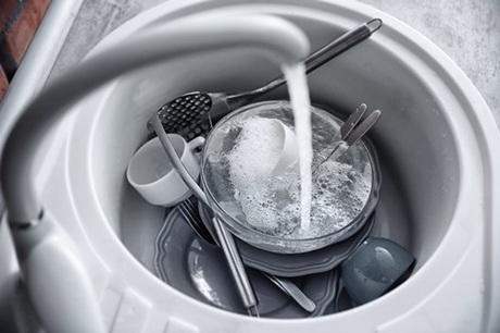 3. Bồn rửa bát.Nếu thực phẩm trong món ăn dính trong chậu rửa một thời gian, chúng sẽ bắt đầu tạo ra vùng sinh sản cho các vi khuẩn như Salmonella và nhiều loại khác. Do đó bạn nên vệ sinh bồn rửa bát thật sạch sẽ để hạn chế vi khuẩn gây hại cho sức khỏe.
