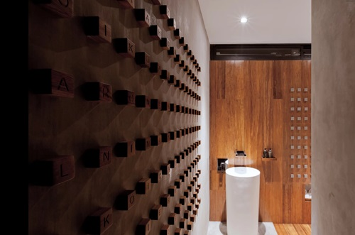 Tường được ốp gỗ cầu kỳ, sáng tạo tạo nên nét riêng biệt.