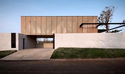 Ngôi nhà có thiết kế đặc biệt này là của một đôi vợ chồng người Mỹ. Đây là nơi nghỉ mát của gia đình họ mỗi khi có dịp đi nghỉ cùng nhau. Nhà có diện tích gần 100 m2, đằng trước che kín, nhưng đằng sau là cả một không gian rộng rãi, thoáng mát.