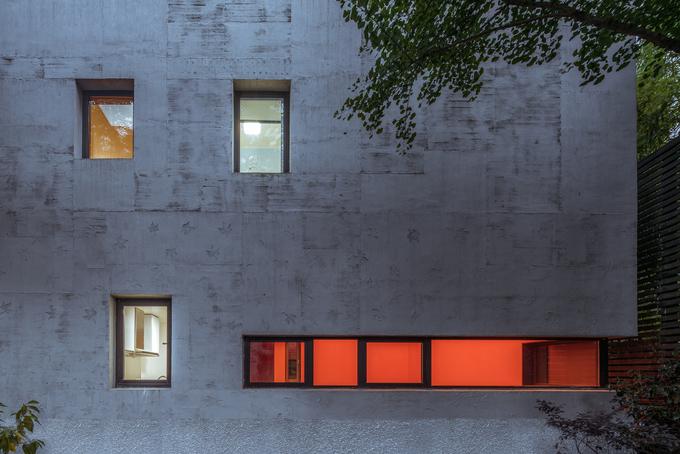 Ngôi nhà đẹp lạ về đêm nhờ những ô cửa sổ
