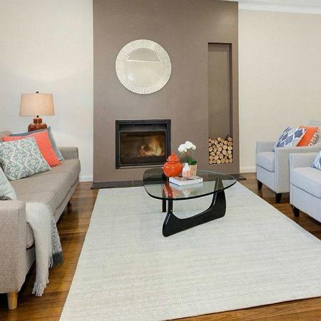 Cherie khuyên bạn nên tận dụng tối đa đồ nội thất của mình bằng cách đặt nó vào giữa phòng, thay vì đẩy vào tường - Ảnh: Cherie BarBie