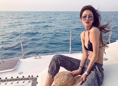 Để chống lại những tác động tiêu cực của ánh nắng mặt trời, Lure thường xuyên sử dụng kem chống nắng mỗi khi ra ngoài, cô cũng thường uống Vitamin C và collagen.