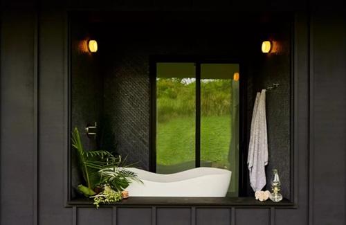 Khu vực nhà tắm tạo cảm giác ấm cúng, không kém phần lãng mạn.