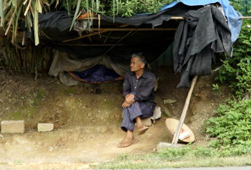 'Biệt đội' nhặt tiền lẻ trên xa lộ Lạng Sơn